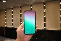 Telefoni z luknjo za selfije v zaslonu